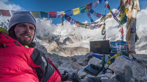 American Shehri Ka Mount Everest Par Video Game Khelny Ka Record