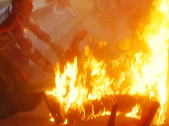 Bharat Main TV Ky Dauran Inteha Pasand Hindu Ny Musalman Siyasatdan Ko Zinda Jala Diya